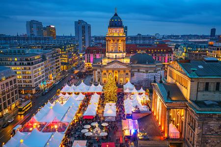 Kerstmarkt, Deutscher Dom en Konzerthaus in Berlijn, Duitsland Stockfoto