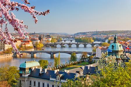 Blick auf Moldau und Prag bei Sonnenuntergang Standard-Bild - 72957342