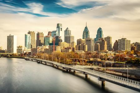フィラデルフィアのスカイラインと Schuylkill 川、PA、米国のパノラマ写真。 写真素材