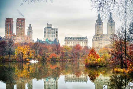 The lake in Central park, New York City at autumn day, USA Banque d'images