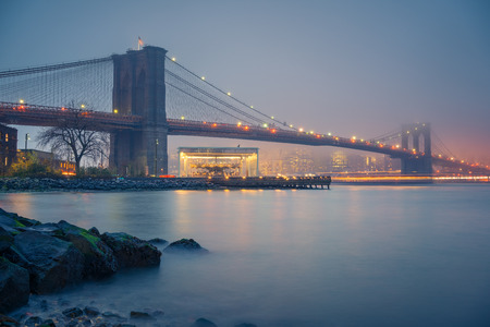 Brooklyn bridge and Manhattan at foggy evening, New York City Banque d'images