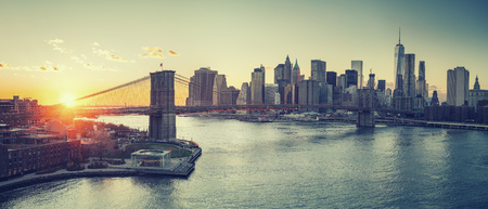 Panoramic view of Brooklyn bridge and Manhattan at sunset, New York City Banque d'images