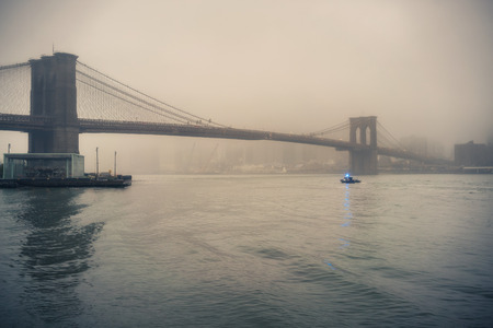 Brooklyn bridge at foggy rainy evening, New York City Banque d'images