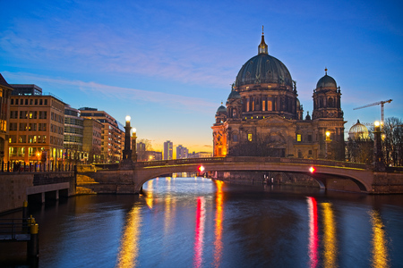 Berlin Cathedral on Spree river at night, Berlin, Germany Banque d'images