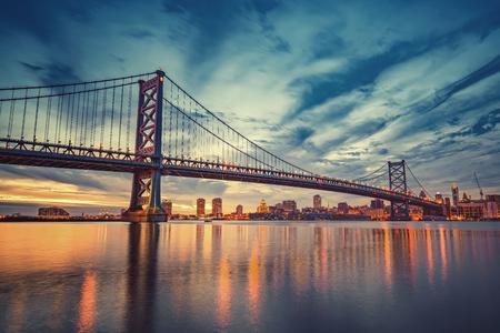 Ben Franklin-brug in Philadelphia bij zonsondergang.