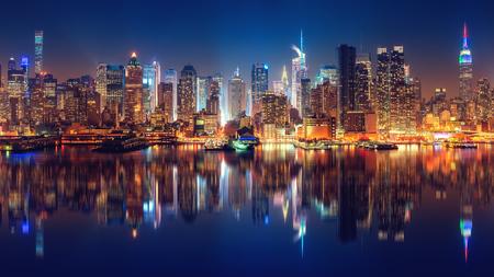 Panoramisch zicht op Manhattan bij nacht, New York, USA