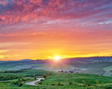 日の出の美しいトスカーナの風景、イタリア