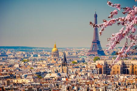 Blick auf den Eiffelturm in Paris im Frühjahr, Frankreich Standard-Bild