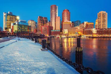 Vista sul centro di Boston di notte d'inverno