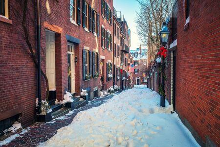 Boston old narrow street at snowy winter Imagens