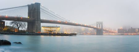 Brooklyn bridge at foggy rainy evening, New York City 版權商用圖片