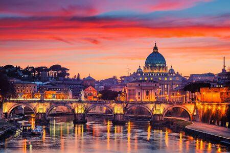 Nachtansicht der Kathedrale St. Peters und des Tiber in Rom, Italien Standard-Bild