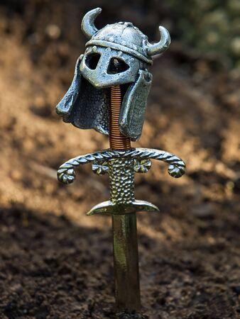 Tipo de tumba del guerrero con una espada y un casco en lugar de la cruz. Foto de archivo