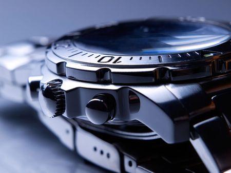 Detalle de reloj de pulsera de acero.