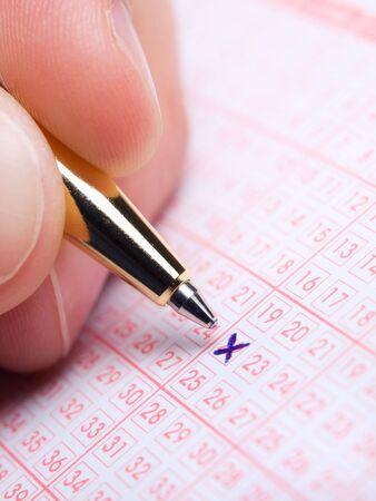 lottery: Closeup van lotto strook tijdens de markering van getallen