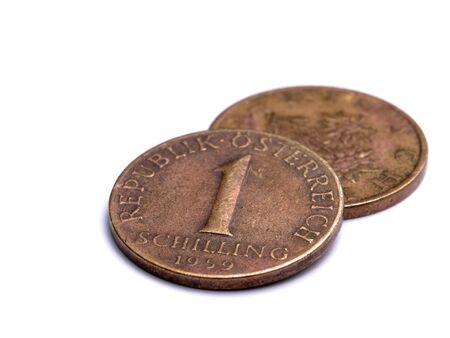 monete antiche: Scellino austriaco di una moneta isolato su uno sfondo bianco.