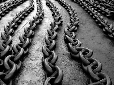 Barcos de ancla cadena en el suelo despu�s de pintura...  Foto de archivo