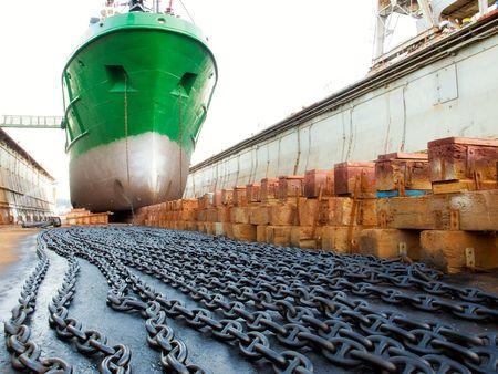 construction navale: Le navire dans la cale s�che pendant la r�vision...  Banque d'images
