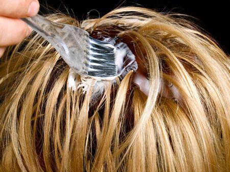 Vue de gros plan pendant les cheveux tinctoriaux traitement...
