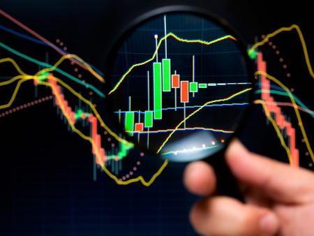 Bildschirmlupe und Graph, Basisinstrumente der technischen Analyse an der Börse. Lizenzfreie Bilder