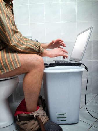 Vista conceptual de un adicto a la internet durante la llamada de la naturaleza en el inodoro.
