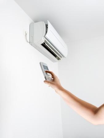 h�nde in der luft: Arm, Fernbedienung und Klimaanlage.