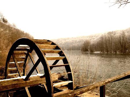 molino de agua: Rueda de madera de un antiguo molino de agua en el r�o Mreznica en Croacia.
