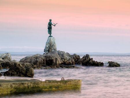 Esta estatua hist�rica sobre la costa del mar Adri�tico es un s�mbolo de la ciudad tur�stica Opatija en Croacia.