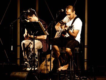 Dos m�sicos en el escenario durante el concierto.  Foto de archivo