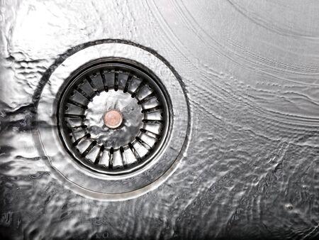 desague: Vista del receptor, drenaje y agua. Foto de archivo