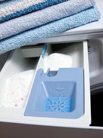 Vista de detalle de cubas para dispensar detergente en la lavadora...