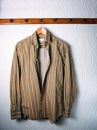 Solo una camicia a righe su un gancio nel guardaroba.