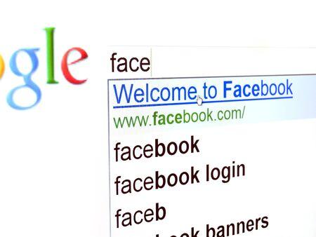 Rijeka, Croacia - el 19 de mayo de 2011: Nuevo usuario intenta encontrar el sitio Web de Facebook con motor de b�squeda Google... Facebook es muy popular en l�nea red social en Croacia.....