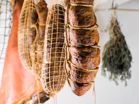 Inrikes rökta köttprodukter som framställts på traditionellt sätt i ett gammalt rökeri. Stockfoto