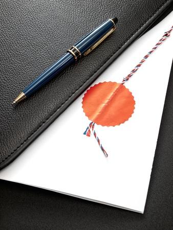 Notarius certifierad överenskommelse i en öppen mapp för dokument. Stockfoto