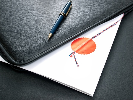 Certificada ante notario un acuerdo en una carpeta abierta para los documentos. Foto de archivo