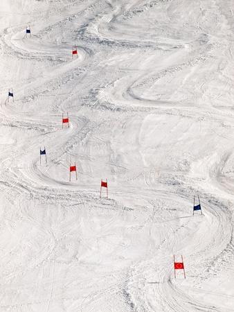 Vy över skidbacken med slalom markörer. Stockfoto