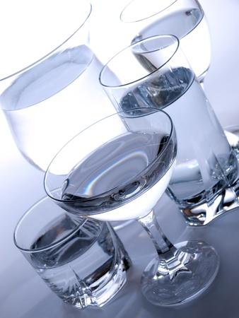 vasos de agua: Varios tipos de vasos llenos de agua