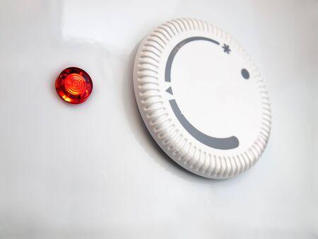 Gros plan du thermostat du chauffe-eau. Banque d'images