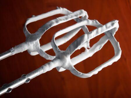 batidora: Closeup vista de crema batida en una batidora de varillas para batir eléctrico