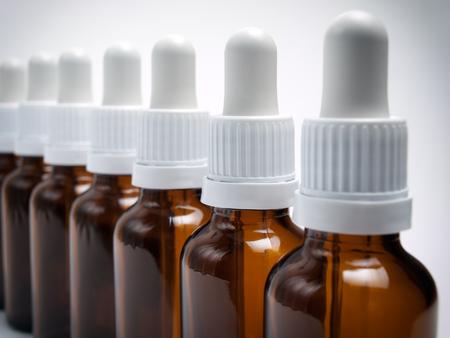 goteros: Primer punto de vista de las botellas clasificadas con cuentagotas.
