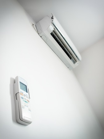 Luftkonditionering och tillhörande fjärrkontroll