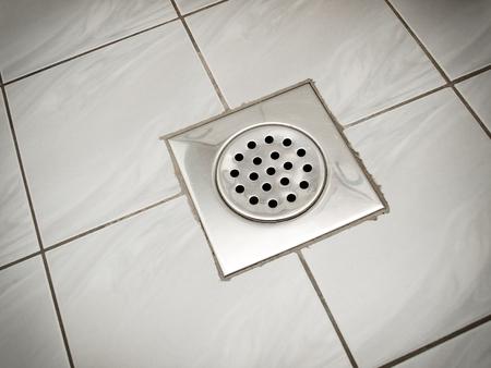 Drene en el piso de un baño o una cocina.