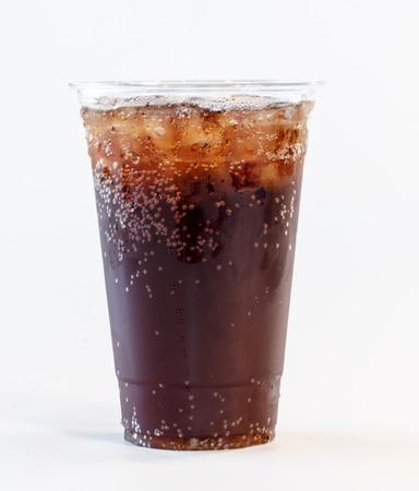 투명한 플라스틱 컵에 든 콜라