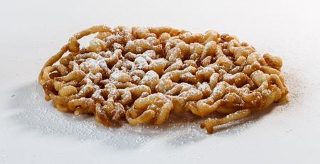 Gâteau en entonnoir sur blanc avec sucre en poudre