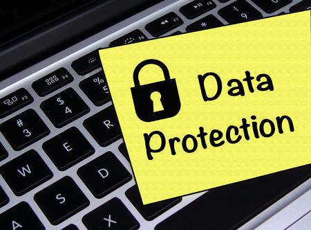 Data Protection Stick Note en la computadora portátil Foto de archivo