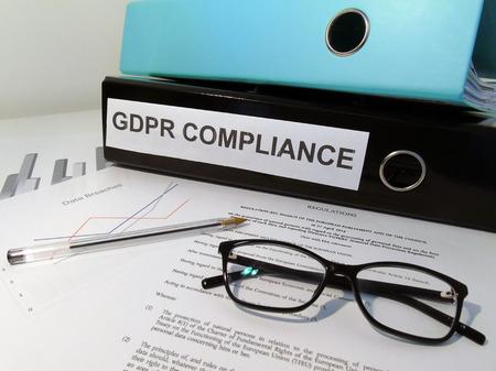 Compliance-Aktenordner für allgemeine Datenschutzbestimmungen (GDPR) auf überladenem Schreibtisch Standard-Bild