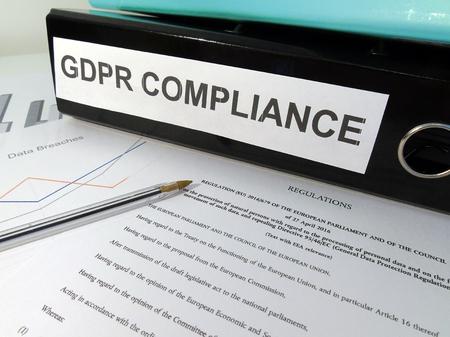 一般的なデータ保護規制 (GDPR) コンプライアンス レバー アーチ フォルダー × 雑然とした机の上