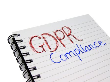 Palabras de cumplimiento de normas generales de protección de datos (GDPR) en el cuaderno (aisladas sobre fondo blanco con trazado de recorte)