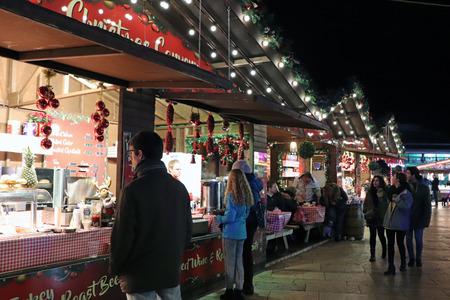People at Christmas Market, Bristol, United Kingdom 新聞圖片